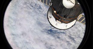 Tarih yazan BAE'li astronot, uzaydaki ilk fotoğrafını paylaştı