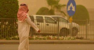 Suudi Arabistan'da etkili olan toz fırtınası hayatı durma noktasına getirdi