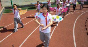 Çin'de sosyal mesafeyi korumak için öğrenciler kanat takıyor