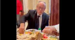 Suudi Arabistan'ın Shaqra Valisi, Japon büyükelçiye eliyle pilav yemeyi öğretti (VİDEO)